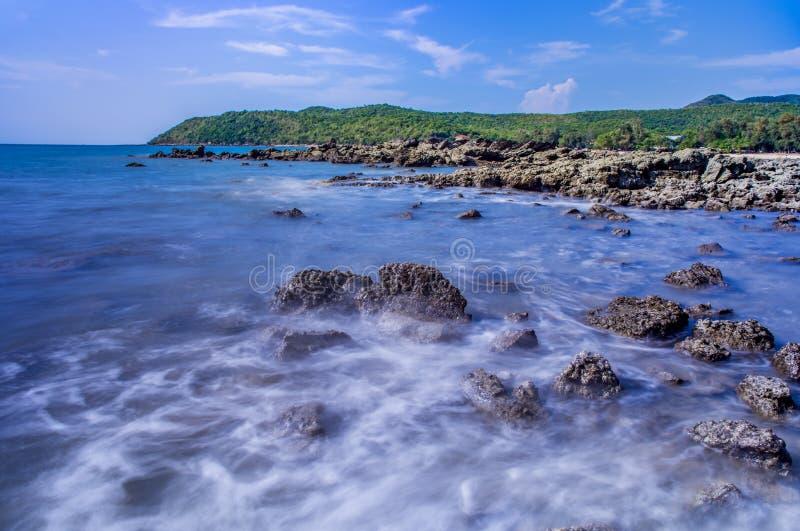 Seestrand mit Felsen und Hintergrund des blauen Himmels lizenzfreie stockfotos