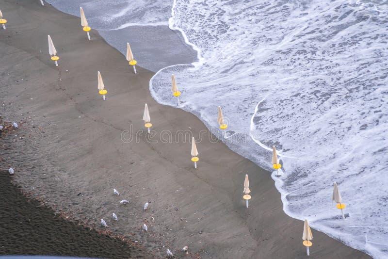 Seesturmwolken-Strandwellen an der Meta--Sorrent-Bucht in Italien, Saisonende, k?hles Wetter lizenzfreie stockfotografie