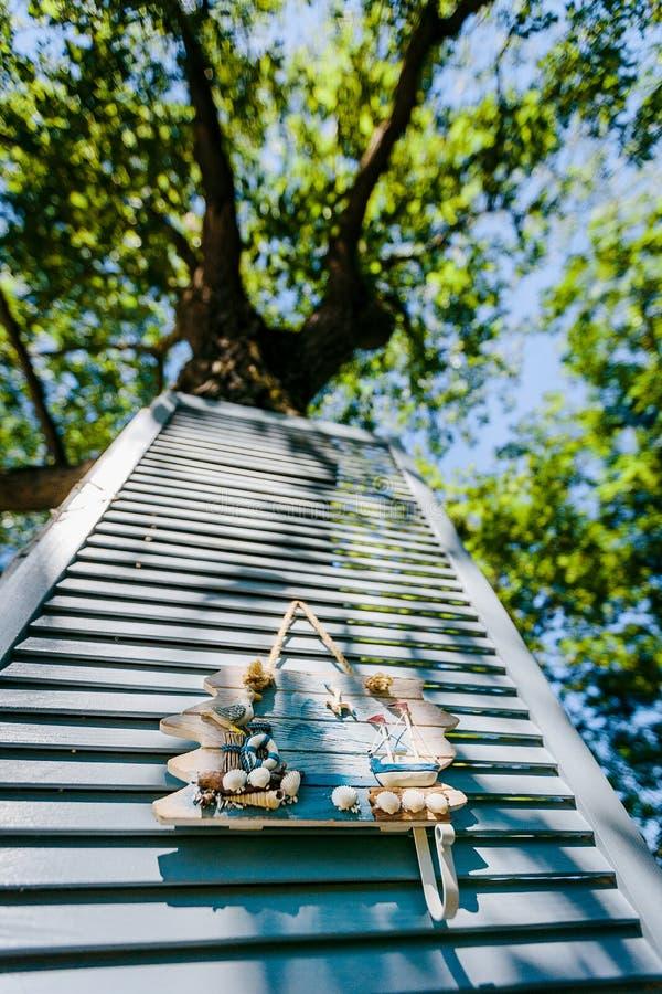 Seethemadekorationen Dekoratives Foto und Marineeinzelteile auf Holz lizenzfreies stockfoto