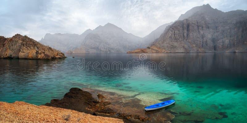 Seetropische Dämmerungslandschaft mit Bergen und Fjorden, Oman stockfotos