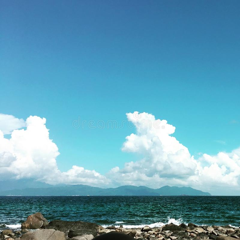 Seeufer mit bewölktem Himmel stockbild