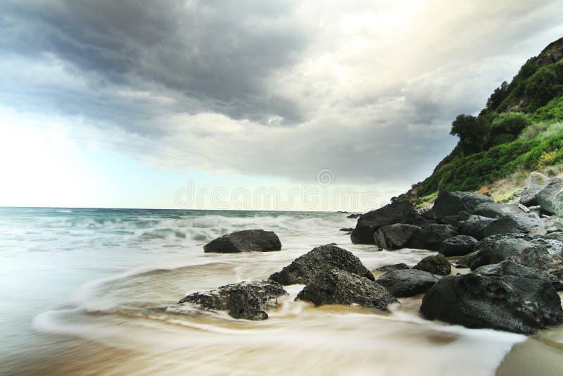 Seeufer mit Felsen in Sardinien lizenzfreies stockbild
