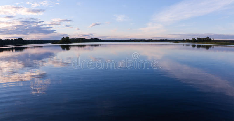 Seewasser-Himmelreflexionen stockbild