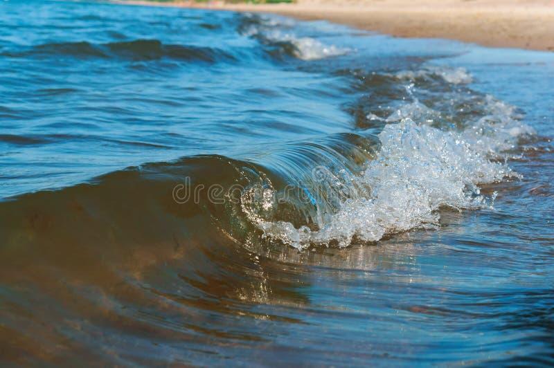 Seewelle, Welle, die an Land, Sturm auf dem Ozean kommt lizenzfreie stockfotos