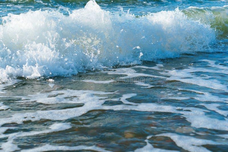 Seewelle, Welle, die an Land, Sturm auf dem Ozean kommt stockbilder