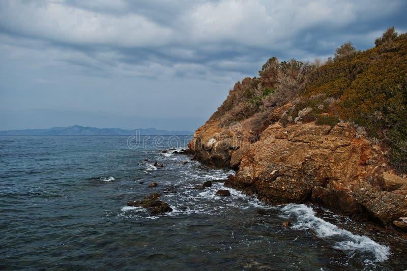 Seewellenbrecher auf Strandfelsen gestalten landschaftlich Meereswellen stoßen zusammen und spritzen auf Felsen bei Bodrum, die T lizenzfreie stockfotos
