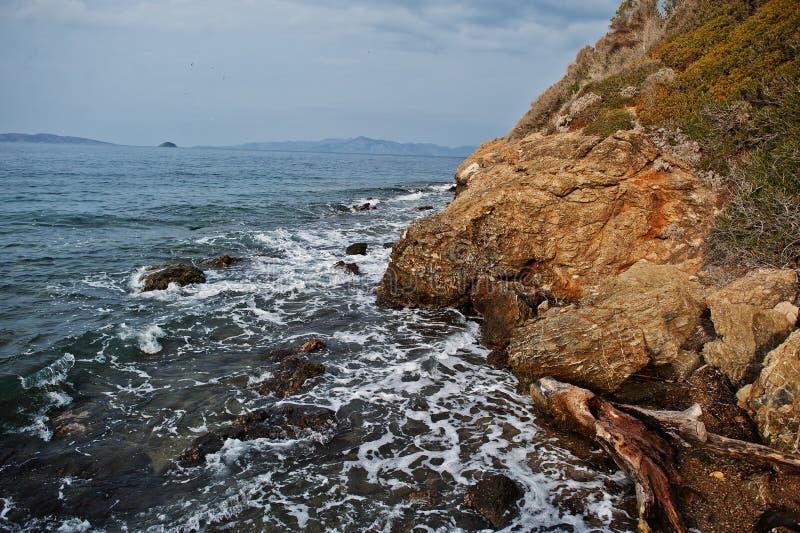 Seewellenbrecher auf Strandfelsen gestalten landschaftlich Meereswellen stoßen zusammen und spritzen auf Felsen bei Bodrum, die T stockbilder