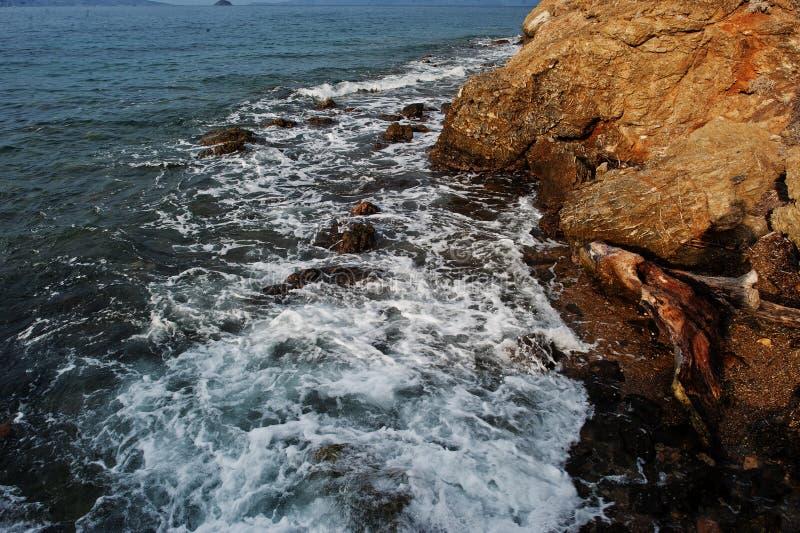 Seewellenbrecher auf Strandfelsen gestalten landschaftlich Meereswellen stoßen zusammen und spritzen auf Felsen bei Bodrum, die T stockfotografie