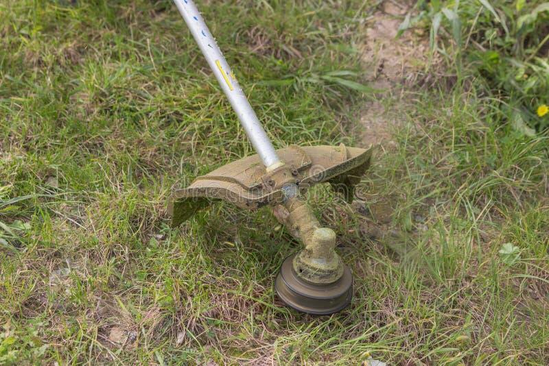 Segando a grama com gás amarre o ajustador 2 foto de stock royalty free