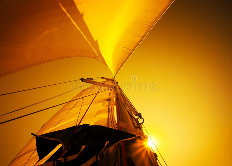 Segel über Sonnenuntergang lizenzfreies stockfoto