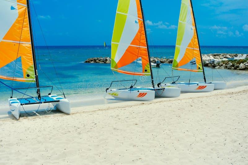 Segel-Boote, die auf das Ufer in Jamaika warten stockfotos