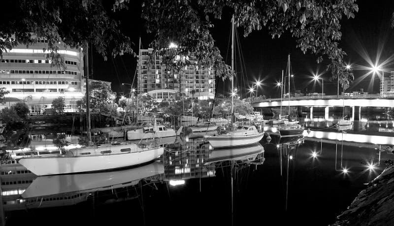 Segel-Boote, die im Fluss nachts sich reflektieren lizenzfreies stockfoto