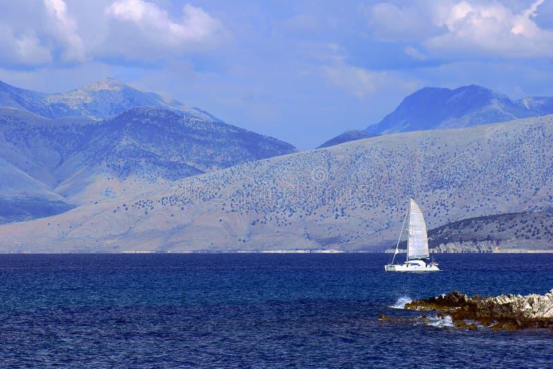 Segelbåt av kusten arkivfoto