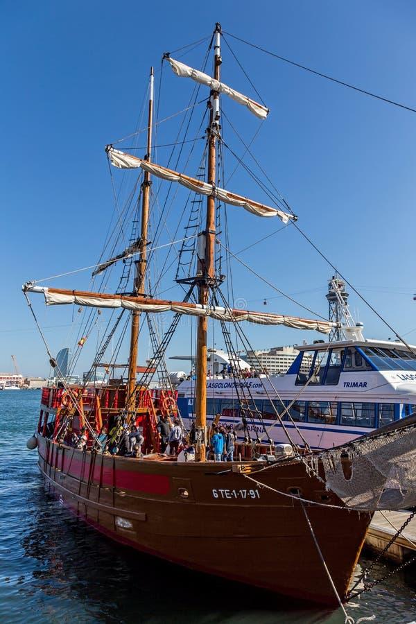 Segelbåt i den portVell marina i Barcelona royaltyfri fotografi