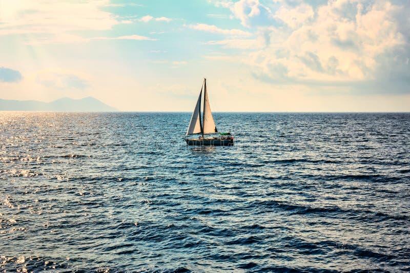 Segelbåt i det öppna havet royaltyfri bild