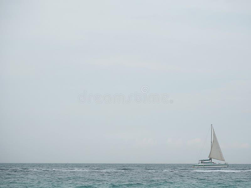 Segelbåt i det blåa havet med molnhimmelbakgrund i Thailand Avslappnande ögonblick i lopp för sommarsäsonger arkivbilder