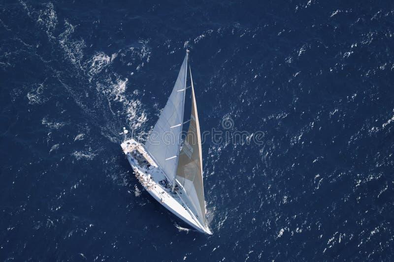 Segelbåt i det fridsamma blåa havet fotografering för bildbyråer