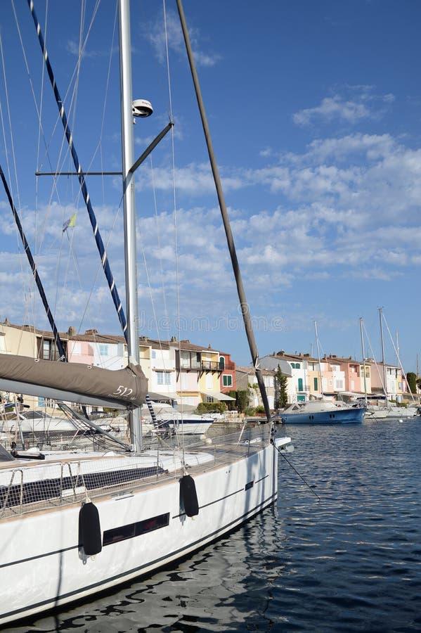 Segelbåt i hamn royaltyfri fotografi