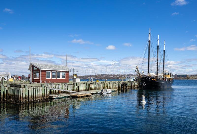 Segelbåt i hamnen i Halifax i Kanada arkivfoton