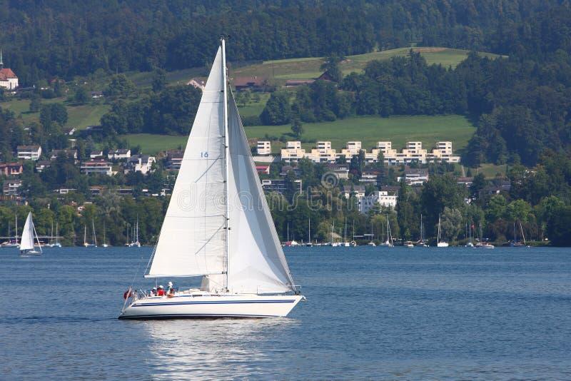 Segelbåt i Lucerne sjön royaltyfri fotografi