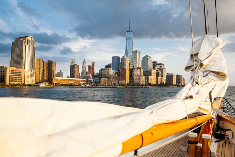 Segelbåt i New York med World Trade Center arkivbilder
