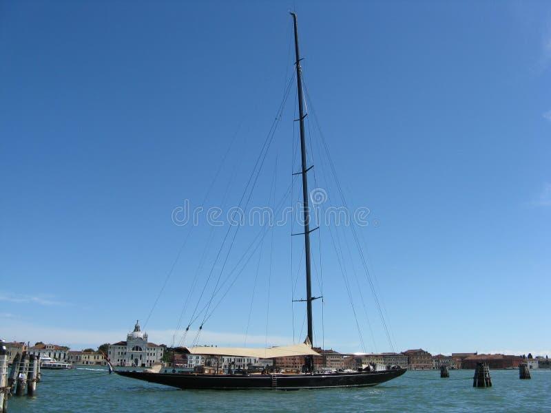 Segelbåt i Venezia royaltyfri bild