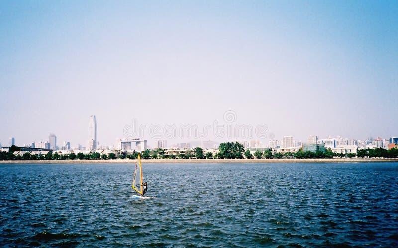 Segelbåt i vinden arkivfoton