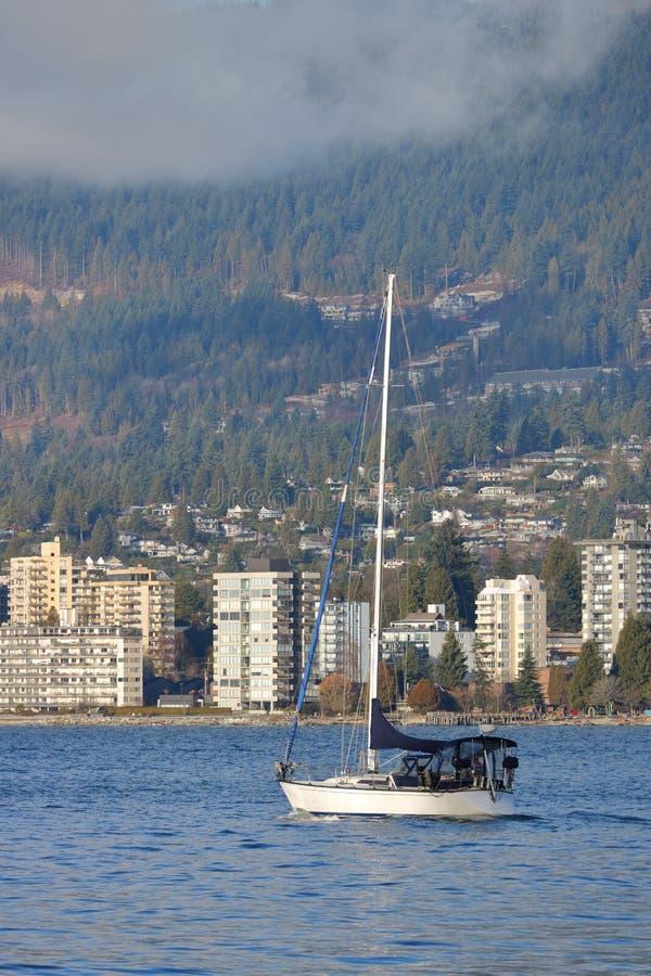 Segelbåt och norr Vancouver royaltyfri foto