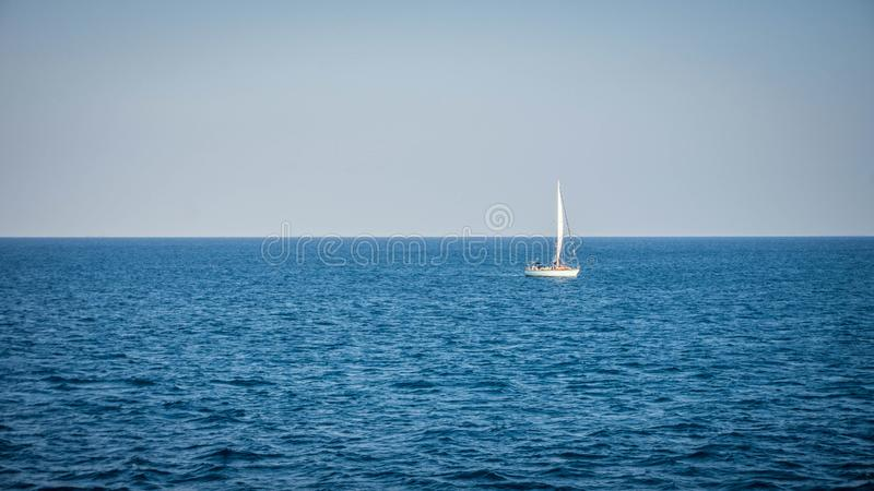 Segelbåt på det blåa havet med blå himmel med det vita fartyget som är ensamt i karimunjawa arkivbilder