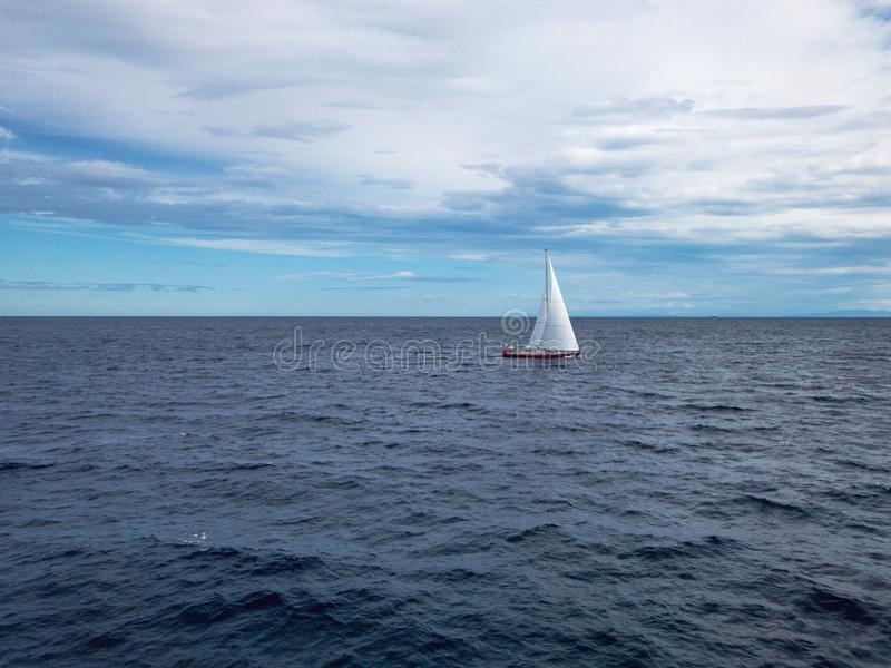 Segelbåt på havet arkivbilder