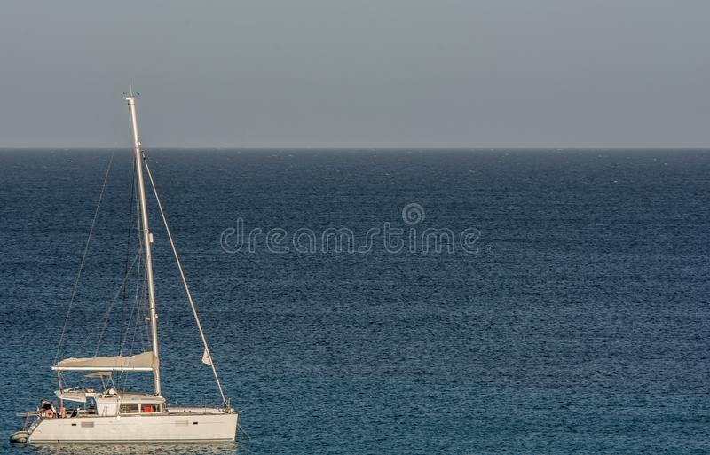 Segelbåt på havet med kopieringsutrymme som en mall arkivfoton