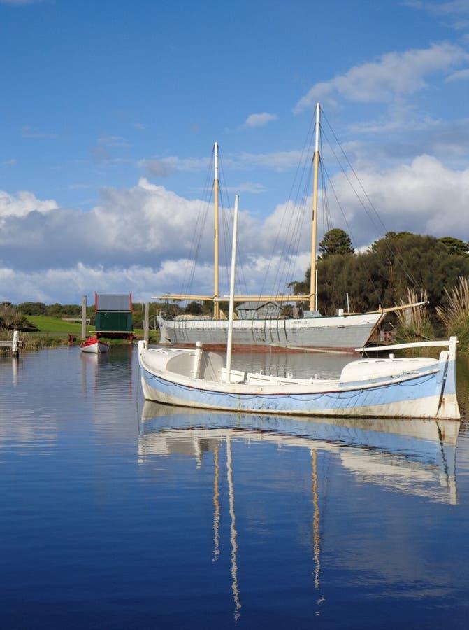 Segelbåt på near skeppsdocka för sjö arkivbilder