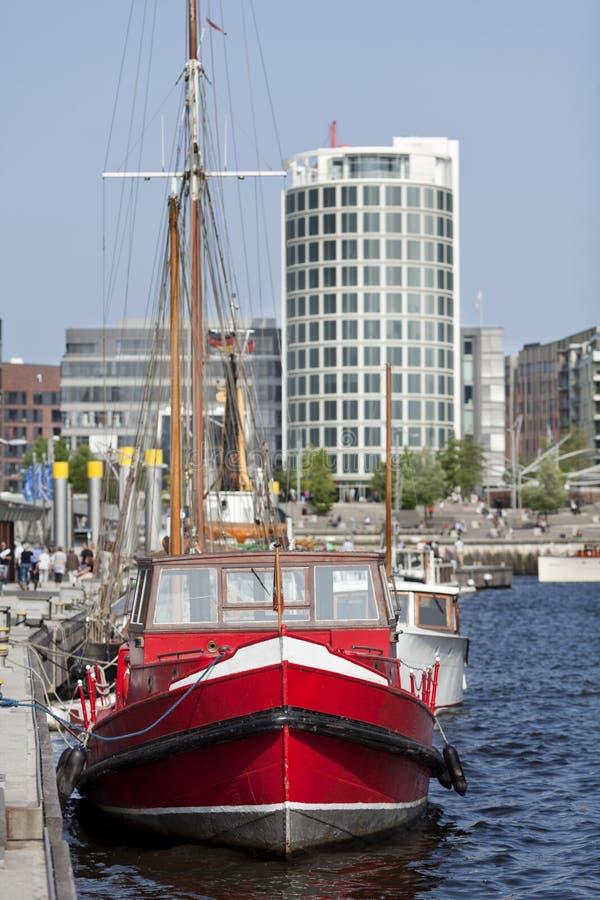Segelbåt på promenad av hafencityen hamburg Tyskland på solig dag arkivfoton