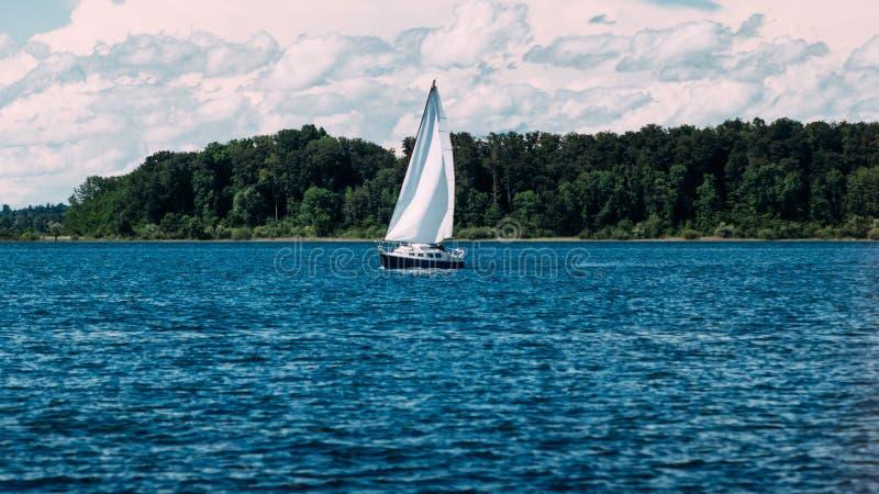 Segelbåt på sjön arkivbilder