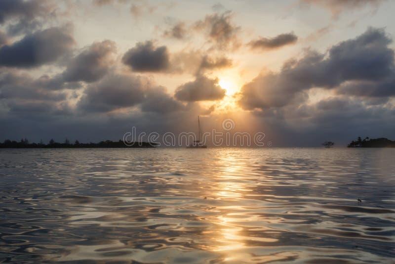 Segelbåt på solnedgången royaltyfria foton