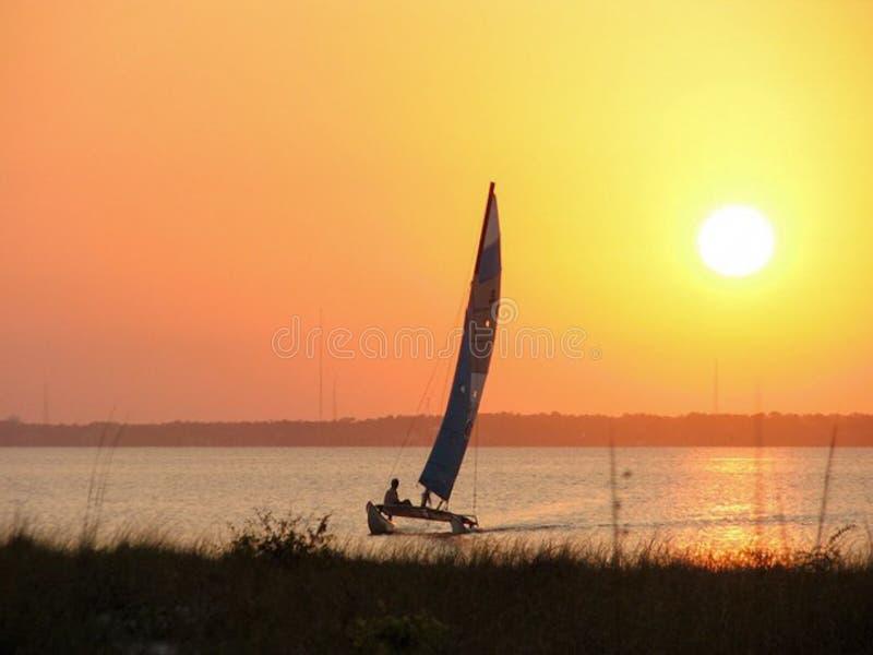 Segelbåt på solnedgången arkivfoton