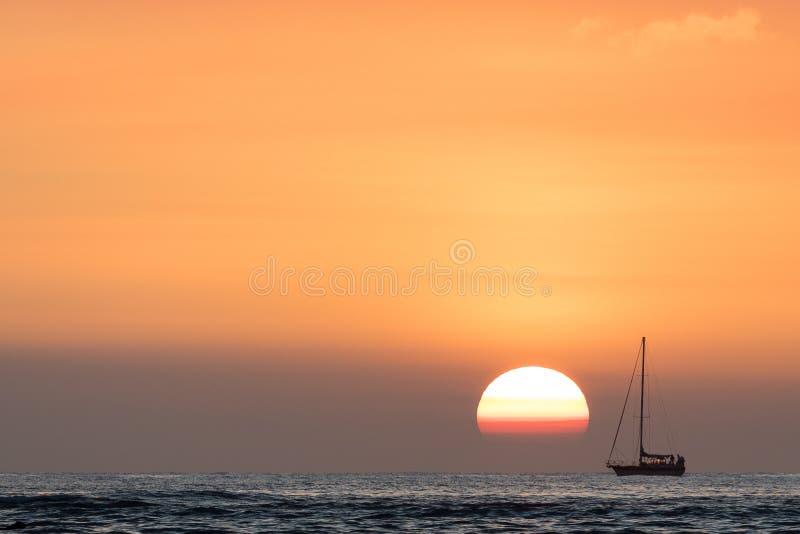 Segelbåt på solnedgången Oahu Hawaii royaltyfri foto