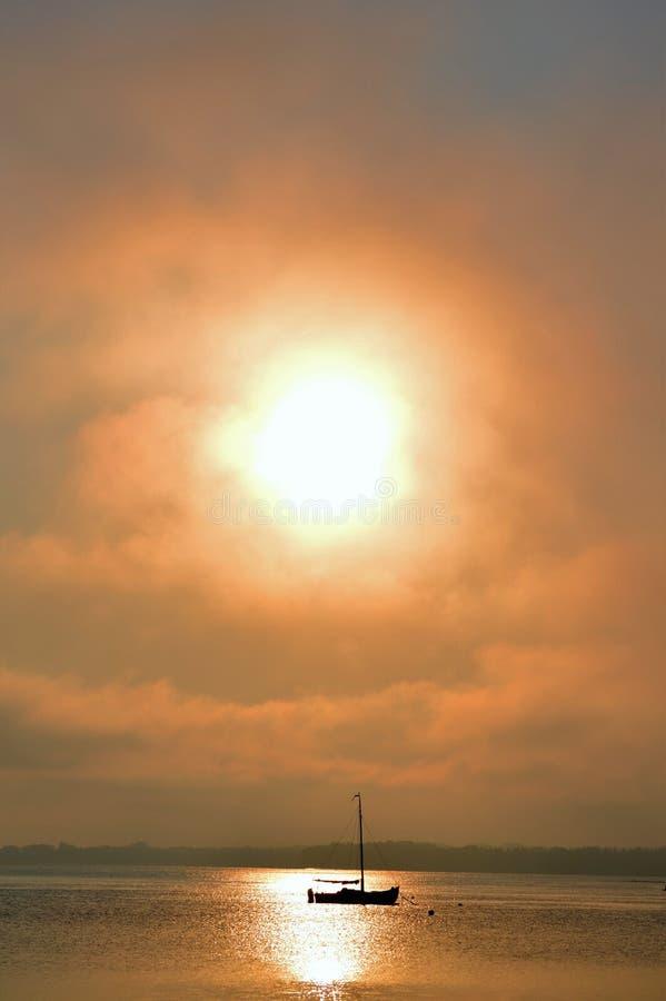 Segelbåt på soluppgången royaltyfria bilder