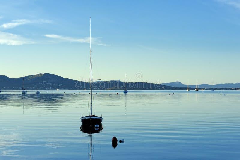 Download Segelbåt På Vatten I Morgonen Fotografering för Bildbyråer - Bild av vatten, soluppgång: 27288077