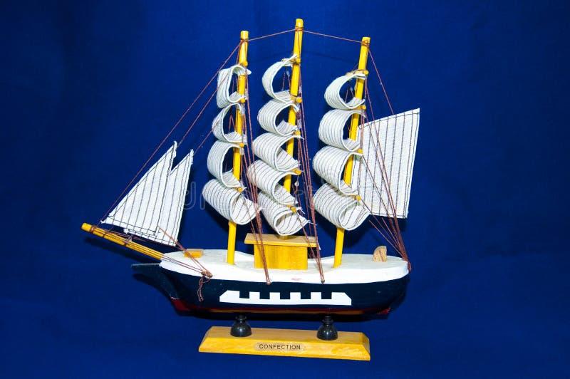 Segelbåt på vit royaltyfri fotografi