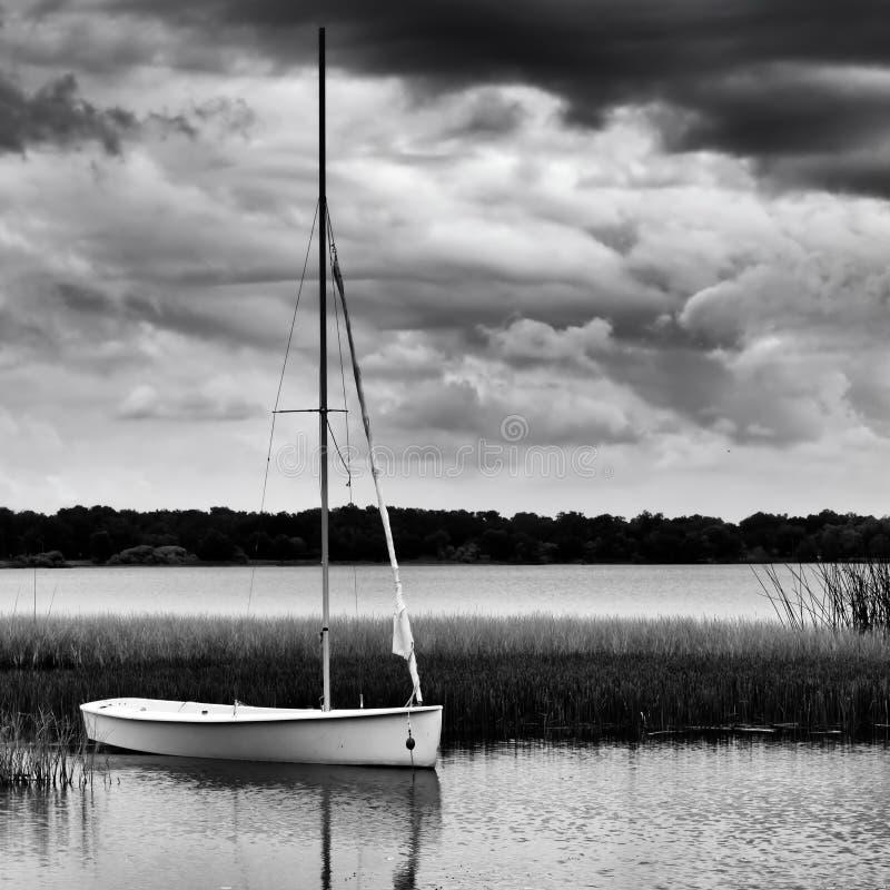 Segelbåt som ankras på sjön under stormig dag royaltyfri fotografi