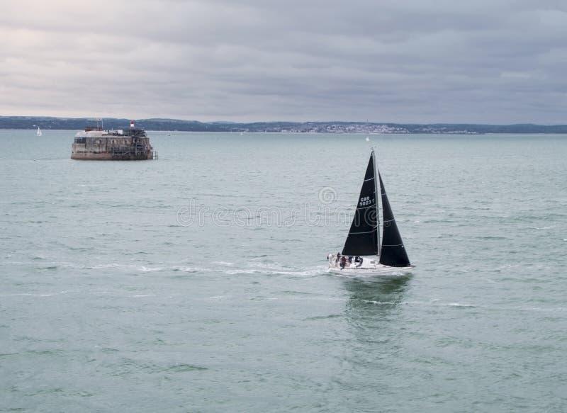Segelbåt som navigerar stormigt vatten royaltyfri fotografi