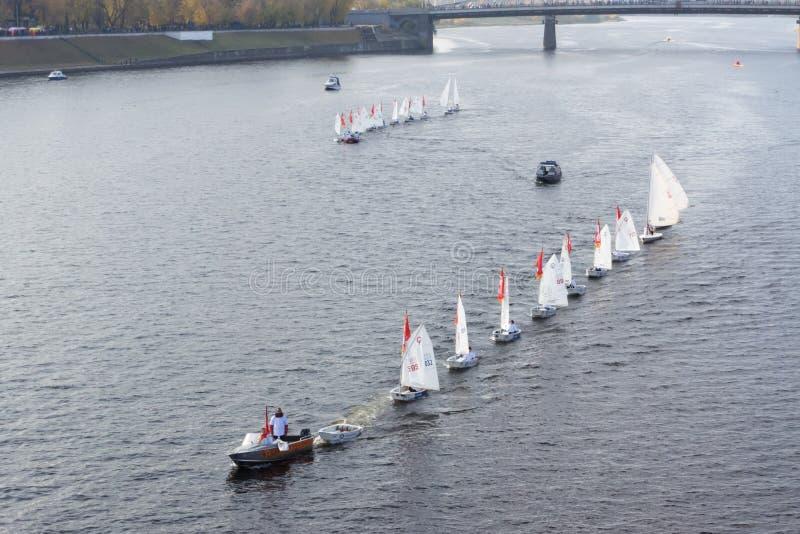 Segelbåt som svävar på floden royaltyfri fotografi