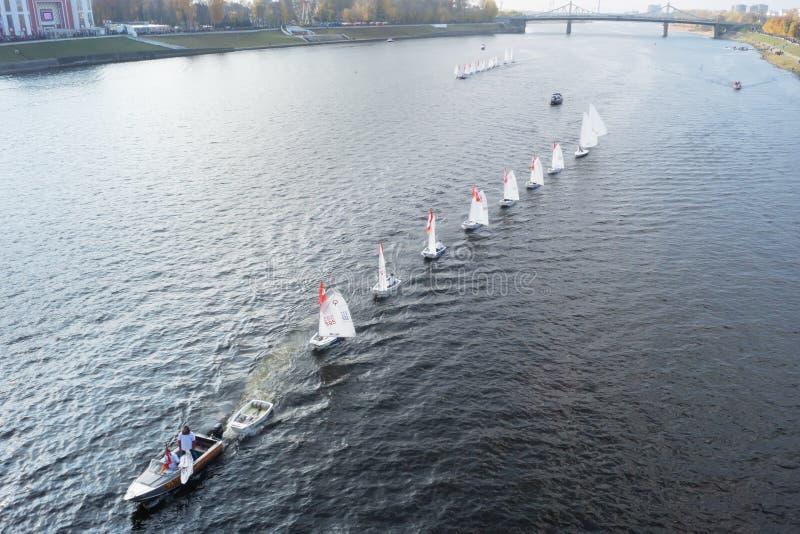Segelbåt som svävar på floden Volga fotografering för bildbyråer