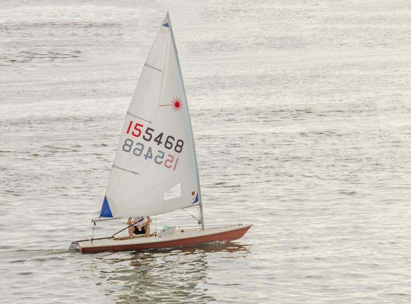 Segelbåt yacht som sailling på vatten, gryning, solnedgång, slut upp royaltyfria bilder