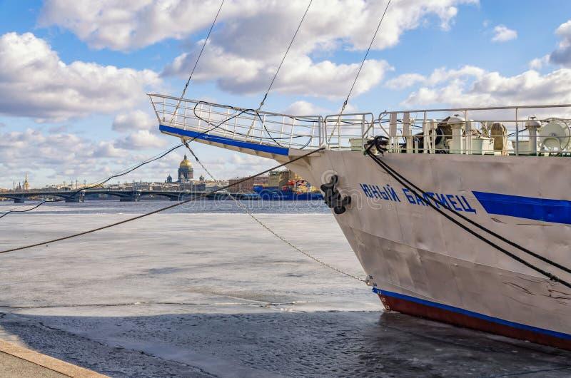 Segelbåt Yuny Baltiets som förtöjas på den löjtnantShmidt invallningen royaltyfri fotografi
