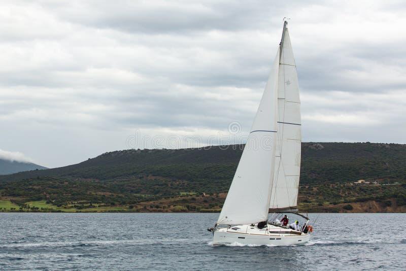 Segelbåtar deltar i den 12th Ellada för seglingregatta hösten 2014 bland den grekiska ögruppen i den Aegean Seаen arkivbilder
