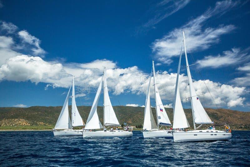 Segelbåtar deltar i den 12th Ellada för seglingregatta hösten 2014 bland den grekiska ögruppen i det Aegean havet arkivbild