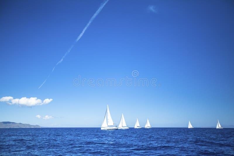 Segelbåtar deltar i seglingregatta royaltyfri fotografi