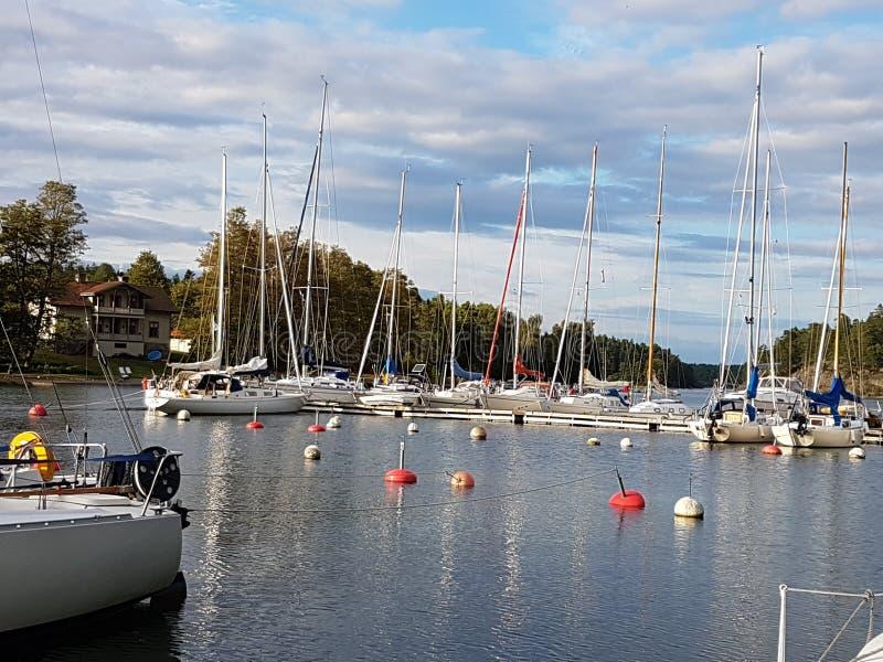 Segelbåtar för hamnSverige sjö fotografering för bildbyråer